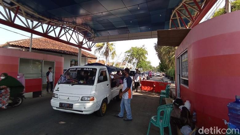 Kendaraan antre di pintu timur objek wisata pantai Pangandaran, Sabtu (22/5/2021).