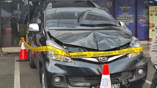 Mobil penabrak gerobak mie ayam di Jl Sudirman, Jakarta