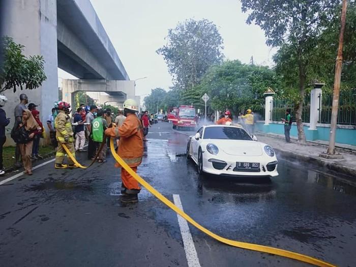 Mobil Porsche terbakar di Kelapa Gading, Jakarta Utara, 22 Mei 2021. (Dinas Gulkarmat DKI, Facebook Humas JakFire)