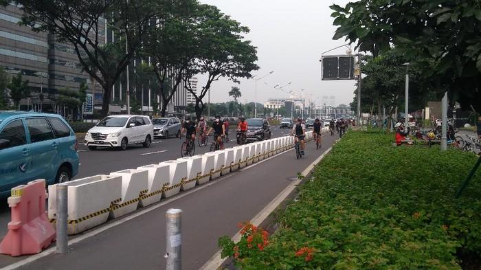 Masih banyak di antara mereka yang bersepeda di jalan berkendara umum, meski sudah disediakan jalur khusus, Sabtu (22/5/2021) pagi.