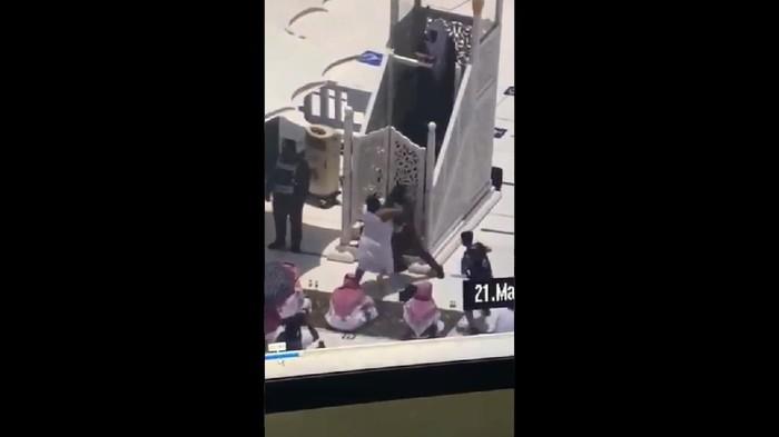 Screenshot video percobaan serangan terhadap khatib Salat Jumat di Masjidil Haram, Mekah (Saudi Gazette)