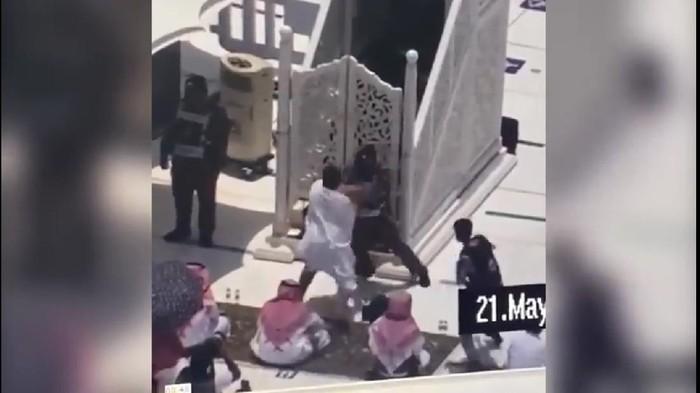 Screenshot video percobaan serangan terhadap khatib Salat Jumat di Masjidil Haram, Mekah (Facebook)