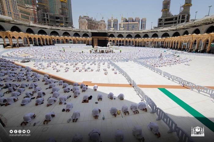 Suasana Salat Jumat Masjidil Haram 22 Mei 2021, saat peristiwa penyereangan Imam-Khatib Syekh Bandar Baleelah terjadi. (Foto: Twitter Haramain/@Haramaininfo)