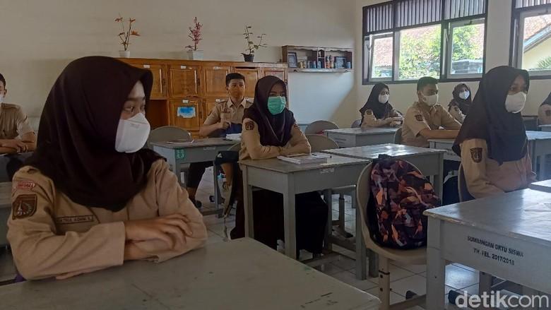 Suasana sekolah tatap muka di Banjarnegara. Usai libur Lebaran, tepatnya Selasa (18/5/2021), nyaris semua sekolah SD maupun SMP di Banjarnegara sekolah tatap muka. Pelaksanaan PTM digelar dengan menerapkan protokol kesehatan ketat.