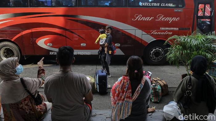 5 hari pascaberoperasi kembali usai larangan mudik, Terminal Kampung Rambutan masih ramai. Berikut foto-foto terkininya.