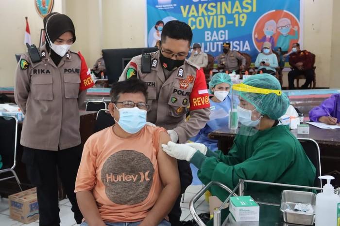 Pelaksanaan kegiatan gebyar vaksinasi massal COVID-19 bagi puluhan ribu warga lanjut usia (lansia) berlangsung di Gedung Pertemuan Umum, Plampang Tarung, Palangka Raya pagi tadi. Hal itu diharapkan dapat menekan penyebaran COVID-19 di wilayah Kalimantan Tengah.