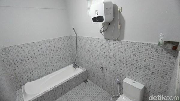 Fasilitasnya terhitung lengkap. Kamar mandinya ada bathtube dan water heater. Kebersihan selalu terjaga di sini. (Bima Bagaskara/detikTravel)