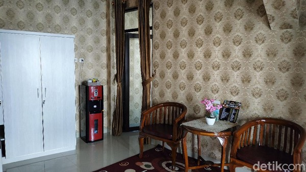 Villa Pondok Cai Pinus ini baru memiliki enam kamar. Harga yang ditawarkan mulai dari Rp 1 juta hingga Rp 1,5 juta per malam. Kapasitas maksimalnya empat orang tamu.