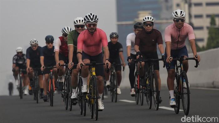 JLNT Kampung Melayu-Tanah Abang diuji coba sebagai lintasan road bike mulai hari ini. Sejumlah pesepeda pun ramai-ramai datang untuk bersepeda di jalur tersebut