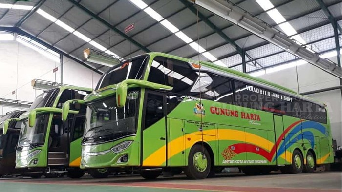 Bus tronton PO Gunung Harta yang menggunakan bodi Adiputro