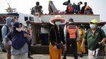 Hiruk Pikuk Aktivitas di Pelabuhan Kali Adem Saat Akhir Pekan