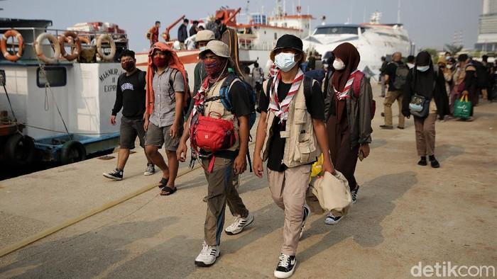 Pelabuhan Kali Adem, Jakut, ramai oleh aktivitas penumpang kapal. Sejumlah penumpang tiba di pelabuhan itu usai melakukan perjalanan dari Pulau Harapan.
