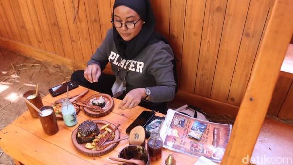 Di sini ada berbagai jenis makanan yang ditawarkan, dari western sampai Indonesia. Karena konsepnya seperti di peternakan, piring untuk makanan terbuat dari kayu dan gelas untuk minuman terbuat dari bambu.