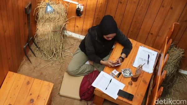 Bumbu-bumbu juga sama, ada campuran susu murninya. Semua properti yang ada di kafe ini sepenuhnya dapat digunakan pengunjung untuk berswafoto pengunjung.
