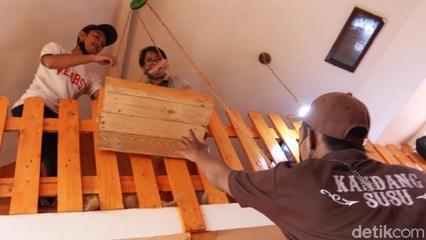 Buat pengunjung yang duduk di lantai atas, nantinya pelayan akan menaikan tray kayu berisi makanan dengan dierek menggunakan tali tambang yang terbuat dari serabut kelapa. Unik kan?