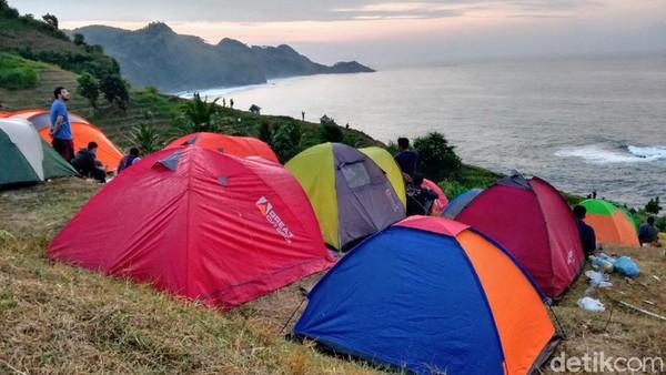 Jika sudah mengunjungi Pantai Menganti, cobalah berkemping untuk menikmati panorama alamnya lebih lama. (Rinto Heksantoro/detkcom)