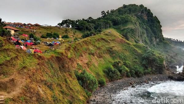 Untuk sampai di pantai Menganti, traveler harus melewati jalan berliku naik turun serta kontur perbukitan yang mungkin sedikit menantang. (Rinto Heksantoro/detkcom)
