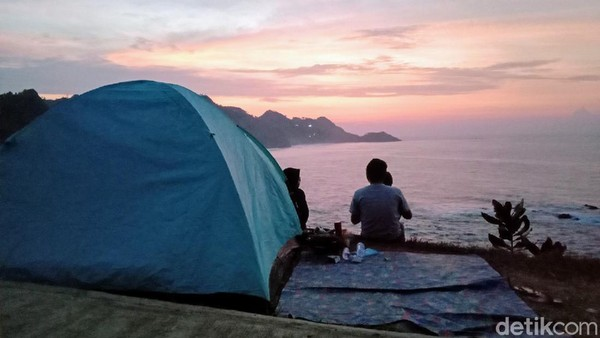 Menganti menjadi salah satu pantai terindah di Jawa Tengah. Lokasinya berada di Desa Karangduwur, Kecamatan Ayah, Kabupaten Kebumen. (Rinto Heksantoro/detkcom)