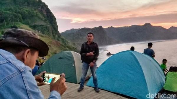 Saat suasana cerah, traveler akan disuguhkan dua fenomena alam menakjubkan yaitu sunrise dan sunset. (Rinto Heksantoro/detkcom)