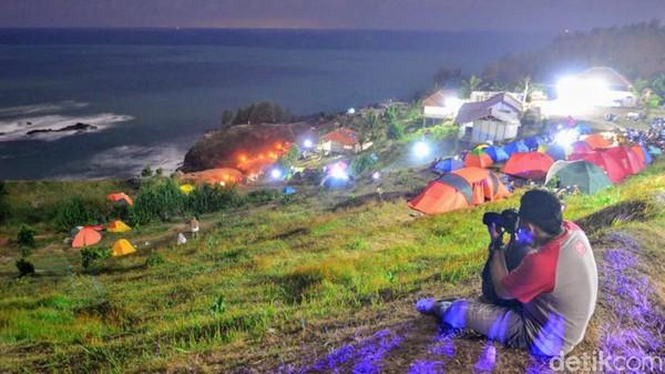 Tenda-tenda di kaki bukit berjejer berlatarkan pemandangan alam yang sangat elok. (Rinto Heksantoro/detkcom)