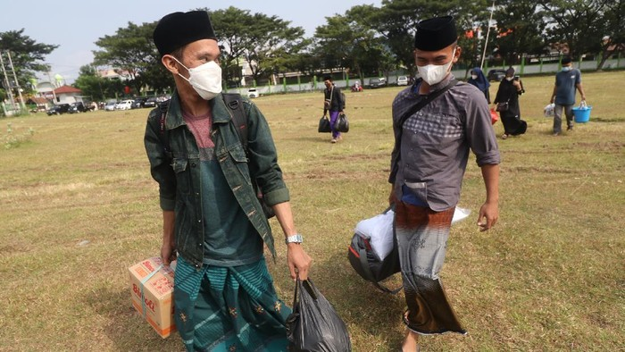 Sejumlah santri dari berbagai daerah kembali ke Pondok Pesantren Lirboyo di Kota Kediri. Mereka kembali ke ponpes usai libur Ramadhan dan Idul Fitri.
