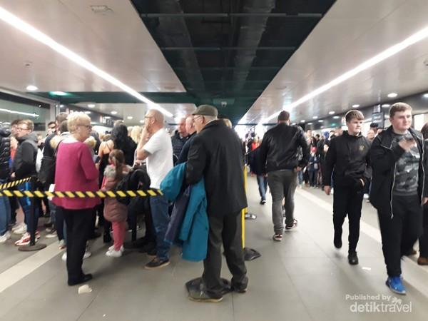 Pendukung Rangers menyemut di St Enoch subway station Glasgow