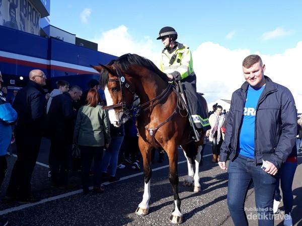 Polisi berkuda menjaga ketertiban dan keamanan di halaman stadion
