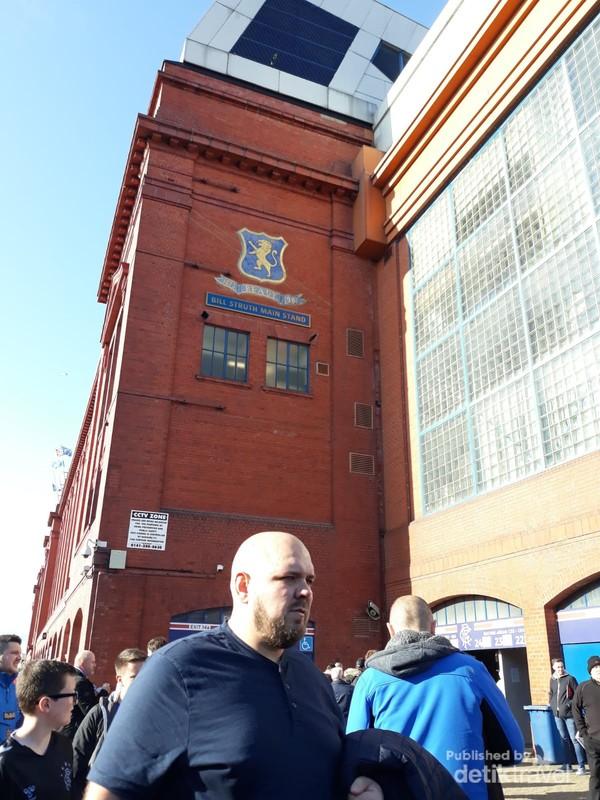 Bata merah menjadi ciri khas berbagai bangunan di Inggris termasuk Ibrox stadium