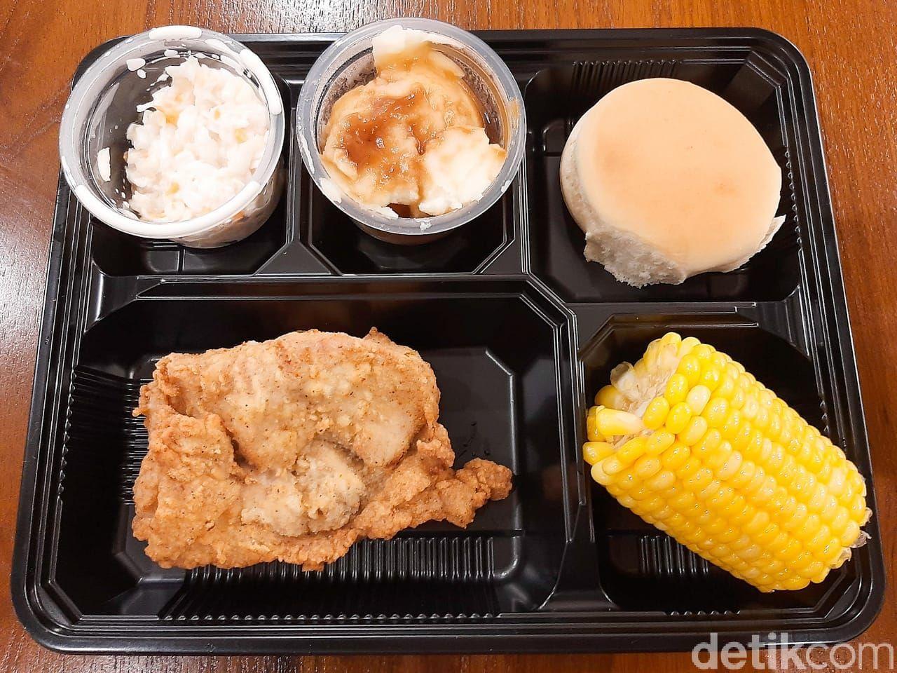 Cobain Menu Pertama KFC Indonesia yaitu Classic Combo yang ada di KFC Classic Store Melawai, Blok M, Jakarta Selatan.