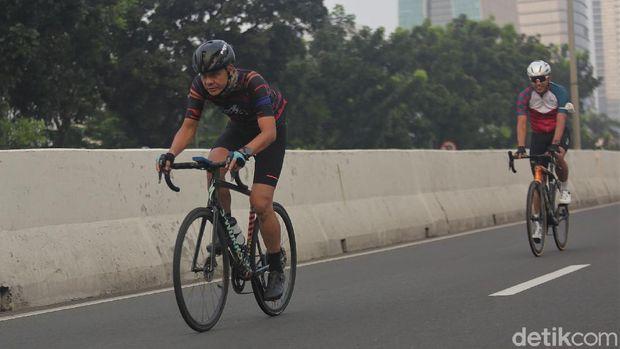 Gubernur Jawa Tengah Ganjar Pranowo ikut gowes road bike di JLNT Kampung Melayu-Tanah Abang. JLNT itu pagi ini diuji coba sebagai lintasan road bike.