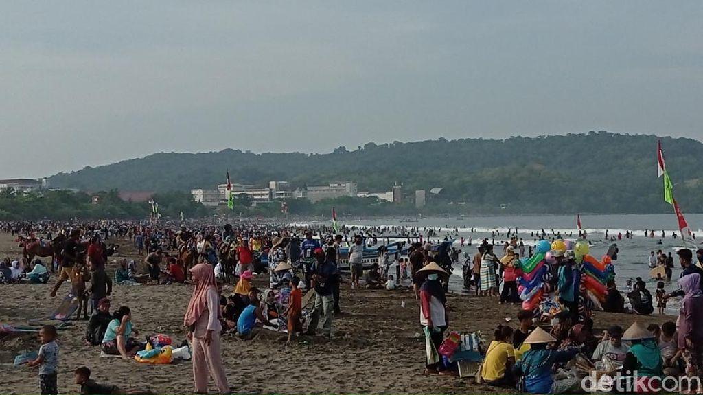 Wisatawan Padati Pantai Pangandaran, Akses Masuk Ditutup Sementara