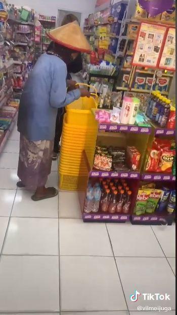 pemulung ditraktir belanja sembako di minimarket