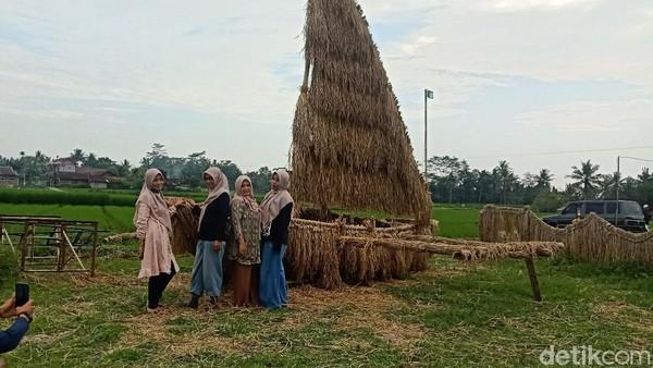 Warga yang penasaran pun masuk untuk bersantai hingga berswafoto bersama teman atau keluarganya. Lokasinya berada di Desa Blambangan, Kecamatan Bawang, Banjarnegara. (Uje Hartono/detikTravel)