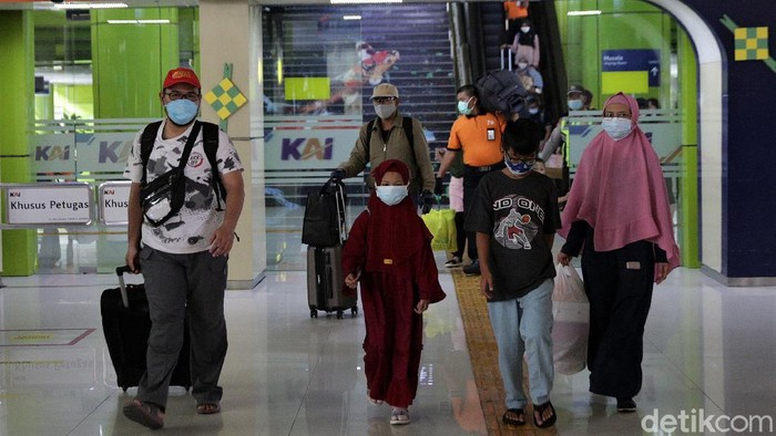 Stasiun Gambir masih kedatangan pemudik yang kembali ke Ibu Kota. Mereka tiba di Jakarta usai melakukan perjalanan jarak jauh dari sejumlah daerah di Pulau Jawa