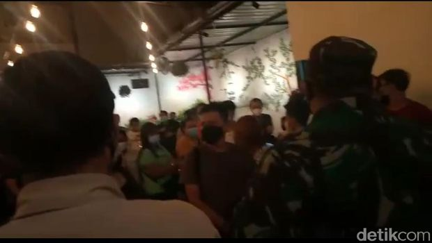 Tempat hiburan malam berkedok warung bakso di Makassar dibubarkan satgas (Ibnu Munsir/detikcom)