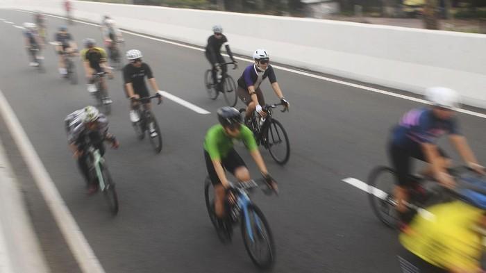 Sejumlah pesepeda memacu kecepatan saat berlangsungnya uji coba pemberlakuan lintasan road bike di jalan layang non tol (JLNT) Kampung Melayu-Tanah Abang, Jakarta, Minggu (23/5/2021). ANTARA FOTO/Akbar Nugroho Gumay/aww.