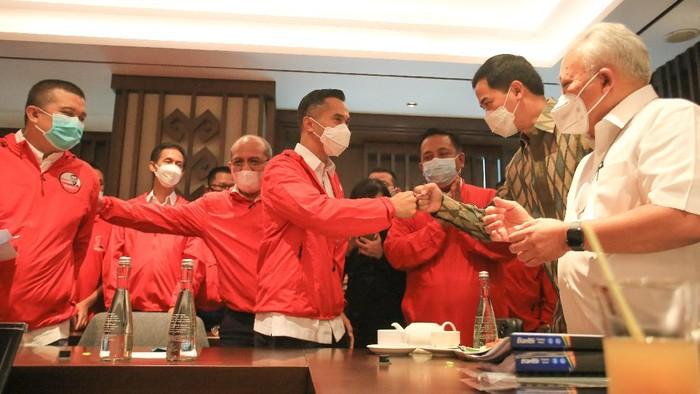 Wakil Ketua Umum Kadin Indonesia Anindya Novyan Bakrie (kedua kiri) disaksikan Ketua Pelaksana Munas Adi Sulito (ketiga kiri) dan Erwin Aksa (kiri), serta 15 Wakil Ketua Umum Kadin Indonesia dan para ketua Kadin Daerah menyerahkan berkas pendaftaran dan syarat adminitrasi sebagai calon ketua umum Kadin Indonesia periode 2021-2026, yang diterima Ketua Streering Commitee Munas Kadin Benny Sutrisno, di Jakarta, Senin (24/5/2021).
