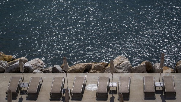 Kursi pantai disediakan untuk turis di Opatija, Kroasia.