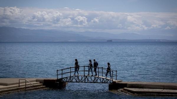 Pesona birunya pantai dan laut kini sudah bisa dinikmati kembali oleh wisatawan.