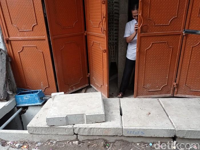 Got dengan tutup U-Ditch yang menghalangi pintur rumah warga Tambora Jakbar bernama Agung Rahadian. 24 Mei 2021. (Sachril Agustin Berutu/detikcom)