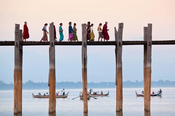 U Bein mendapat predikat sebagai jembatan kayu jati terpanjang dan tertua di dunia.(Getty Images/Istock)