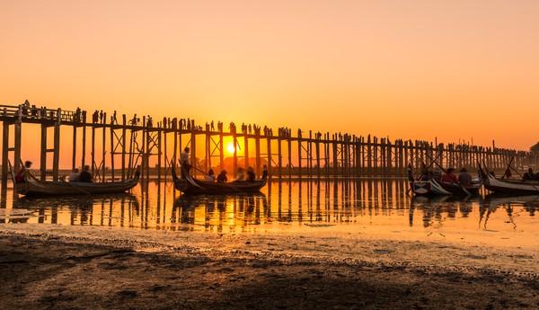 Selain jalan-jalan di atasnya, wisawatan juga bisa berkeliling dengan perahu. Karena ada 9 lorong jembatan yang bisa dilewati oleh perahu. (Getty Images/Istock)