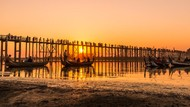 Foto Sunset di Jembatan Kayu Jati Terpanjang dan Tertua Sedunia