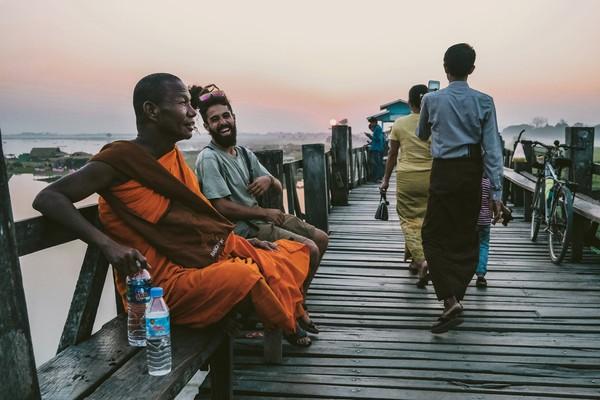 Jembatan ini terbentang sepanjang 1,2 km di atas Danau Taungthaman. (Getty Images/Istock)