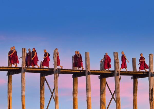 Suasana akan tampak makin menarik kala rombongan biksu lewat. (Getty Images/Istock)