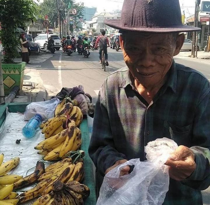 Pilu! Kakek 95 Tahun Penjual Pisang Ini Tidur di Dekat Kandang Ayam