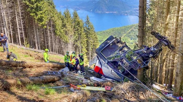 Sedikitnya 14 orang tewas saat sebuah kereta gantung di area pegunungan Italia tiba-tiba jatuh. Salah satu korban tewas merupakan anak-anak. Satu orang anak lainnya mengalami luka serius dalam insiden ini.