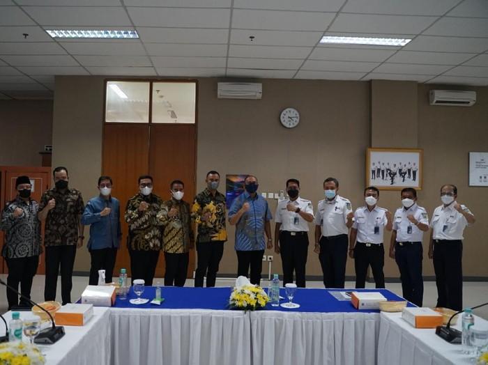 Anggota Komisi VI DPR RI dari Fraksi Gerindra Andre Rosiade memfasilitasi pertemuan 6 Kepala Daerah dari Sumatera Barat (Sumbar) dengan Direktur Utama PT Kereta Api Indonesia (KAI) Didiek Hartantyo. Pertemuan tersebut membahas kolaborasi untuk mempercepat pembangunan di wilayah Sumbar.