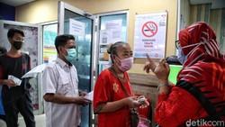 Vaksin AstraZeneca batch CTMAV547 resmi disetop. Namun Vaksin AstraZeneca selain batch CTMAV547 tetap digunakan, seperti terlihat di Sunter Agung, Jakarta.