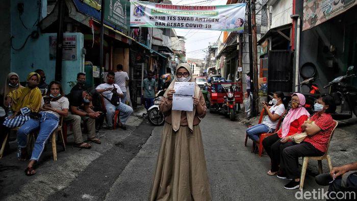 Petugas tenaga kesehatan memberikan vaksin Astrazeneca kepada warga di kawasan RW 01 Sunter Agung dan Puskesmas Cilincing, Jakarta Utara, Senin (24/5/2021). Vaksin AstraZeneca batch CTMAV547 resmi disetop. Namun Vaksin AstraZeneca selain batch CTMAV547 tetap digunakan dalam program vaksinasi nasional.